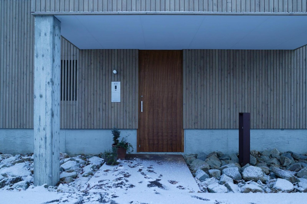 新川の家 (玄関ドア)