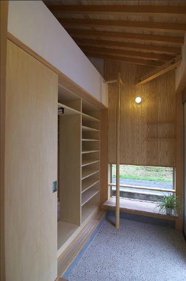 玉村T邸・垂木舟底天井の快適平屋の部屋 大きな収納付き玄関