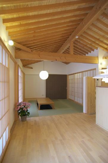 玉村T邸・垂木舟底天井の快適平屋 (玄関よりリビングを見る)