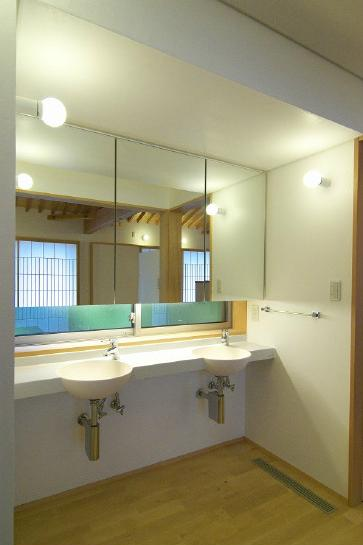 玉村T邸・垂木舟底天井の快適平屋の部屋 洗面所