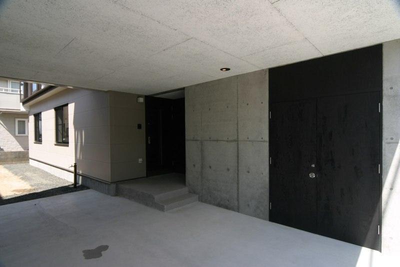 泉の家の部屋 駐車場と玄関
