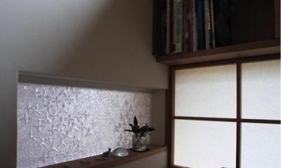 事務コーナーと玄関の間のガラス(撮影:上田 明)|寒川の家