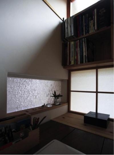 寒川の家 (事務コーナーと玄関の間のガラス(撮影:上田 明))