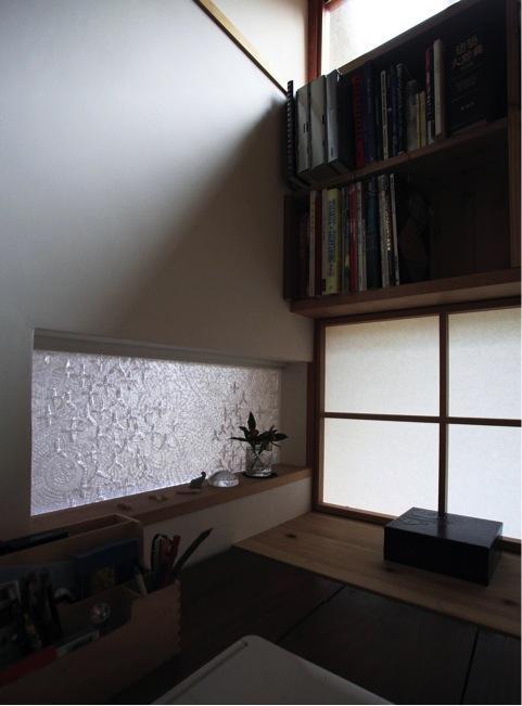 寒川の家の写真 事務コーナーと玄関の間のガラス(撮影:上田 明)