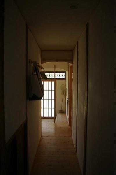 寒川の家 (廊下から玄関を見る)