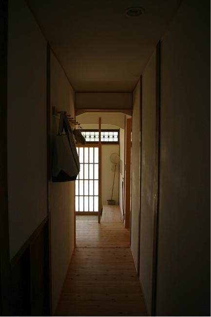 寒川の家の部屋 廊下から玄関を見る