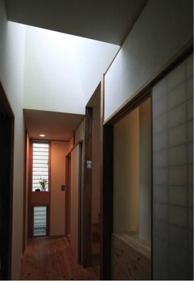 寒川の家 (廊下のトップライト(撮影:上田明))