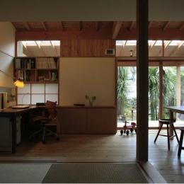 寒川の家 (小上がりから庭を見る(撮影:上田明))