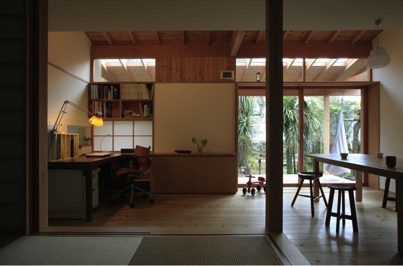 寒川の家の部屋 小上がりから庭を見る(撮影:上田明)