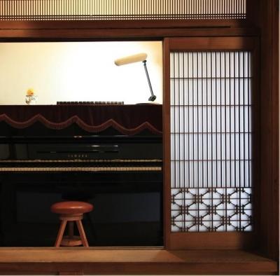 広縁に置かれたピアノ(撮影:上田明) (寒川の家)