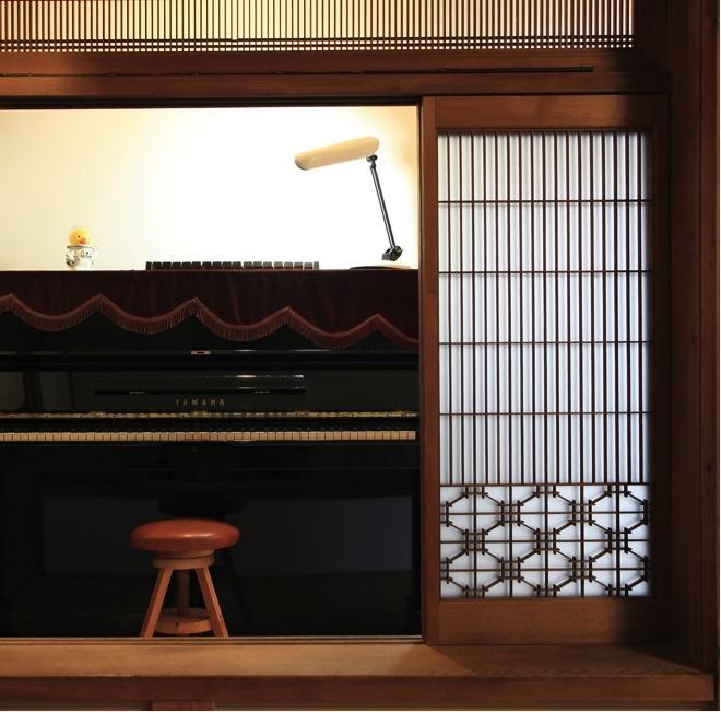 寒川の家の写真 広縁に置かれたピアノ(撮影:上田明)