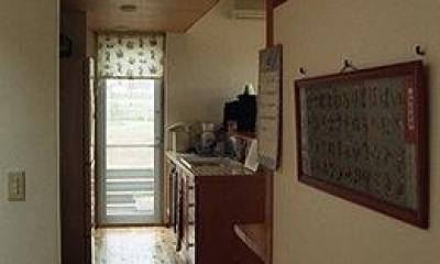 竜ヶ崎の家 (階段ホールからリビングを見る)