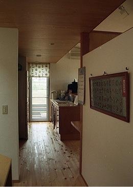 竜ヶ崎の家の部屋 階段ホールからリビングを見る