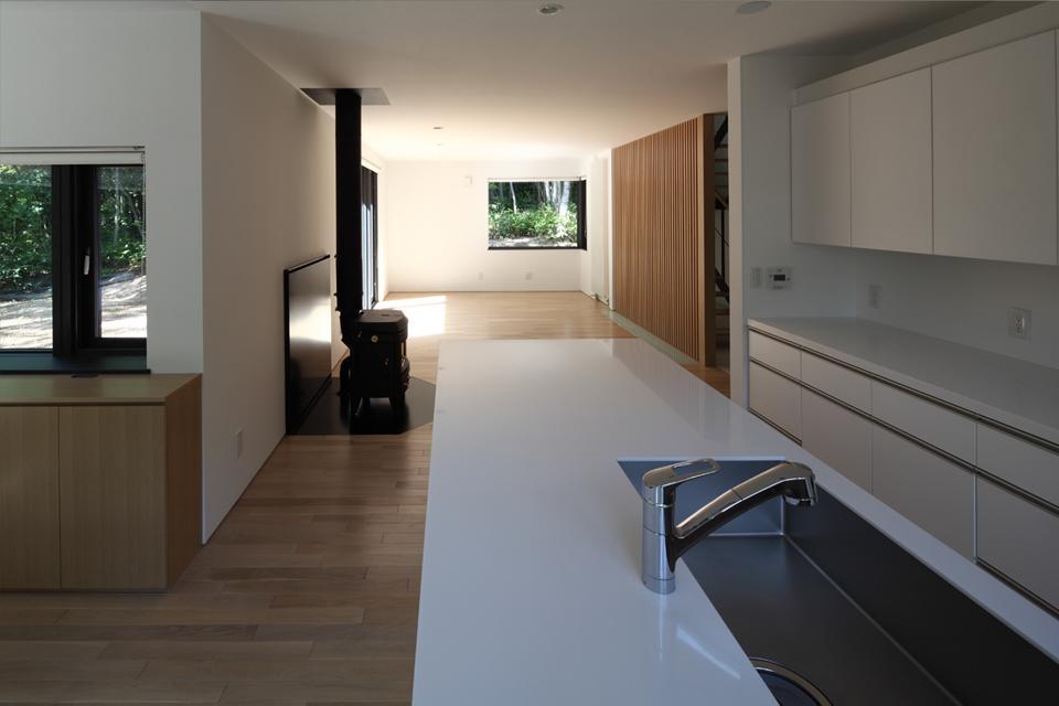 大沼 森の家の写真 キッチンからリビングを見る(撮影:Adachi Osamu)