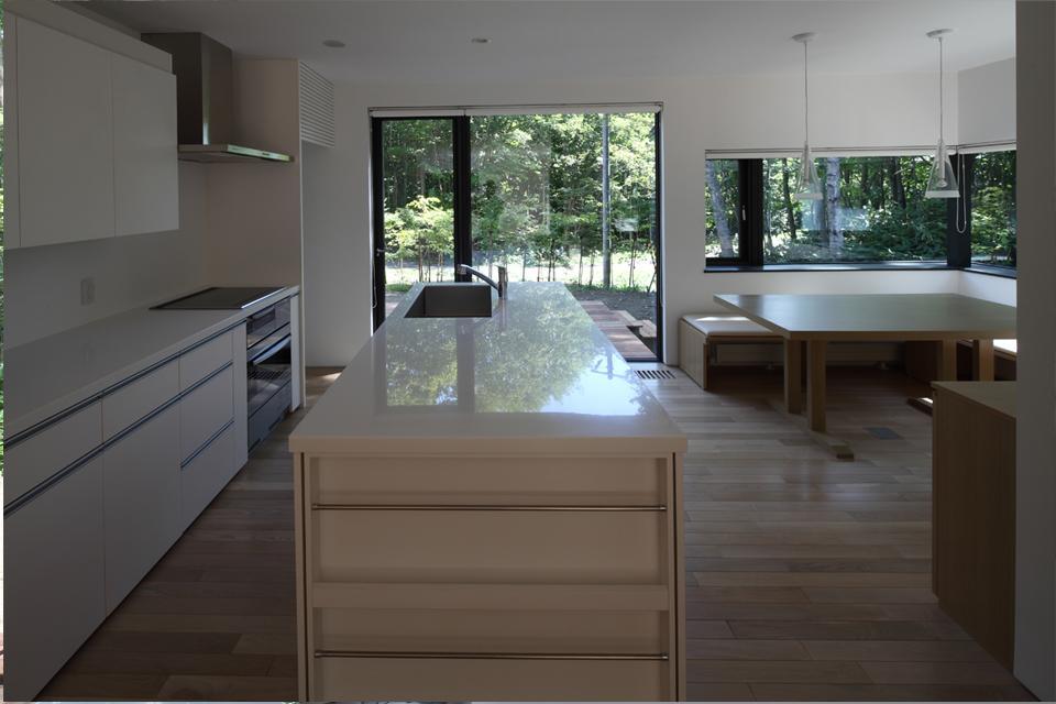 大沼 森の家の部屋 対面式キッチン(撮影:Adachi Osamu)