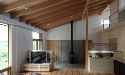 リビングから土間を見る(撮影:Adachi Osamu)|真駒内土間のある家