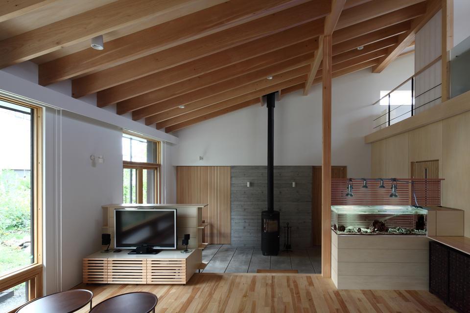 真駒内土間のある家 (リビングから土間を見る(撮影:Adachi Osamu))