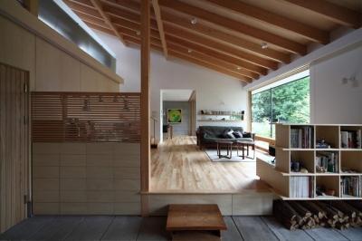 真駒内土間のある家 (土間からリビングを見る(撮影:Adachi Osamu))