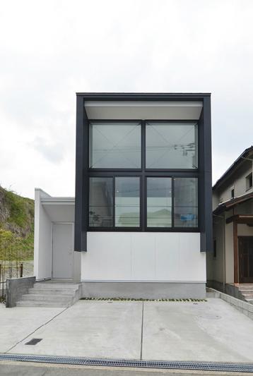 I邸・リビング階段に囲まれた吹抜けのプライベート空間の部屋 外観2