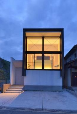 I邸・リビング階段に囲まれた吹抜けのプライベート空間 (外観-夕景)