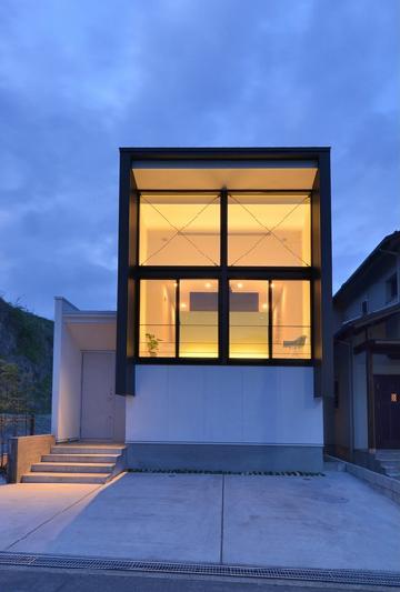 I邸・リビング階段に囲まれた吹抜けのプライベート空間の部屋 外観-夕景