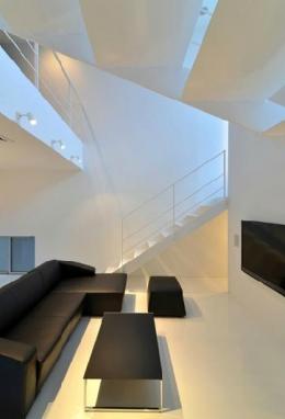 I邸・リビング階段に囲まれた吹抜けのプライベート空間 (吹き抜けのリビング1)