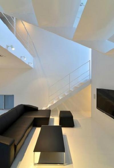 吹き抜けのリビング1 (I邸・リビング階段に囲まれた吹抜けのプライベート空間)