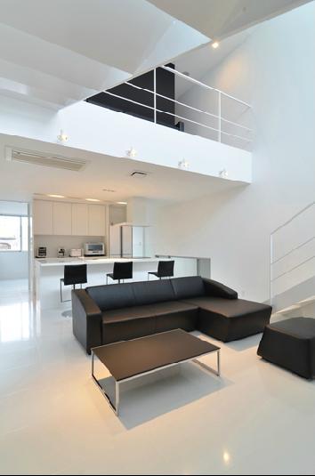 I邸・リビング階段に囲まれた吹抜けのプライベート空間の部屋 吹き抜けのリビング2