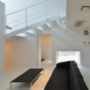 I邸・リビング階段に囲まれた吹抜けのプライベート空間の写真 吹き抜けのリビング3