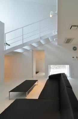 I邸・リビング階段に囲まれた吹抜けのプライベート空間 (吹き抜けのリビング3)