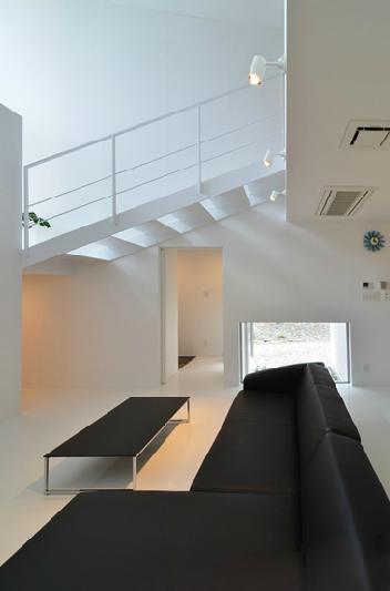 I邸・リビング階段に囲まれた吹抜けのプライベート空間の部屋 吹き抜けのリビング3