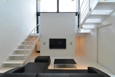 I邸・リビング階段に囲まれた吹抜けのプライベート空間 (吹き抜けのリビング4)