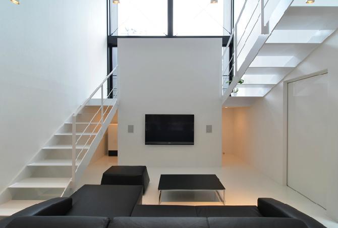 建築家:戸井建一郎「I邸・リビング階段に囲まれた吹抜けのプライベート空間」