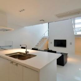 I邸・リビング階段に囲まれた吹抜けのプライベート空間 (対面式キッチン)