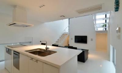 対面式キッチン|I邸・リビング階段に囲まれた吹抜けのプライベート空間