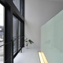 階段踊り場 (I邸・リビング階段に囲まれた吹抜けのプライベート空間)