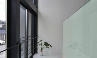 階段踊り場|I邸・リビング階段に囲まれた吹抜けのプライベート空間