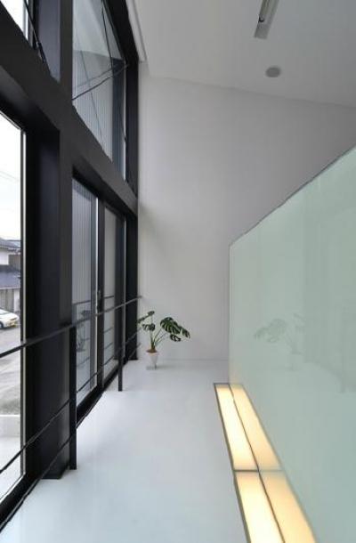I邸・リビング階段に囲まれた吹抜けのプライベート空間 (階段踊り場)