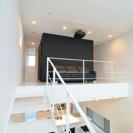 2階の中央ブース (I邸・リビング階段に囲まれた吹抜けのプライベート空間)