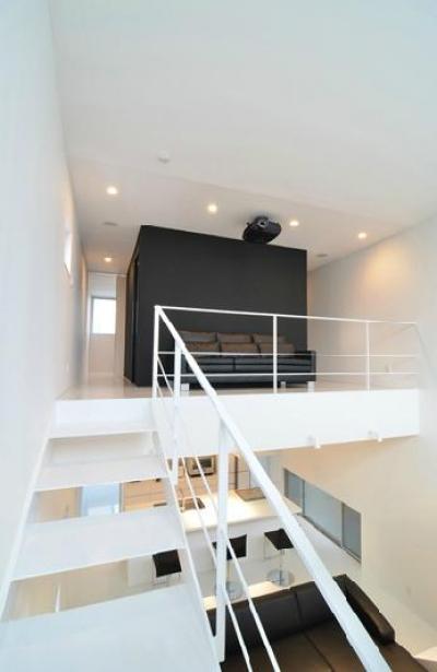 I邸・リビング階段に囲まれた吹抜けのプライベート空間 (2階の中央ブース)