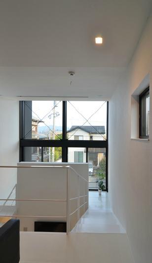 I邸・リビング階段に囲まれた吹抜けのプライベート空間の部屋 コの字型の階段