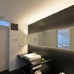 I邸・リビング階段に囲まれた吹抜けのプライベート空間 (洗面・トイレ)