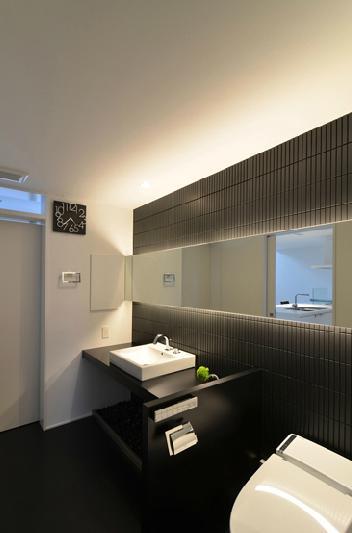 洗面・トイレ (I邸・リビング階段に囲まれた吹抜けのプライベート空間)