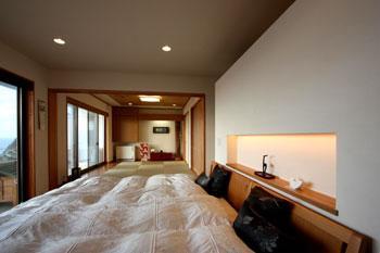 鶴岡N邸の写真 ベッドルームから和室を見る