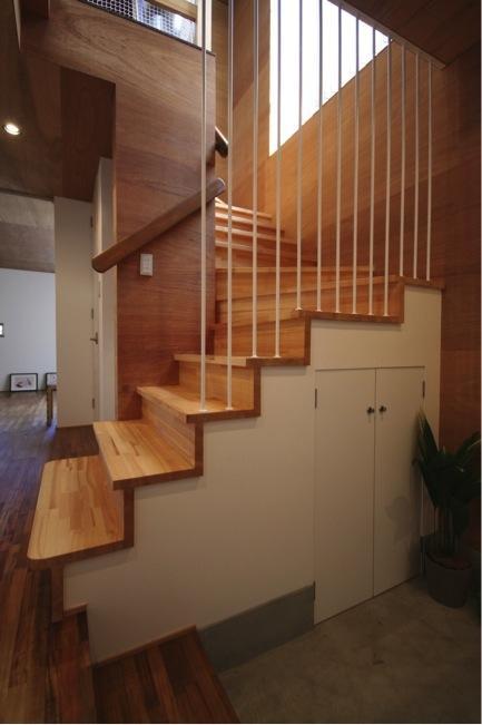 本町通りのいえの部屋 玄関から2階に上がる階段