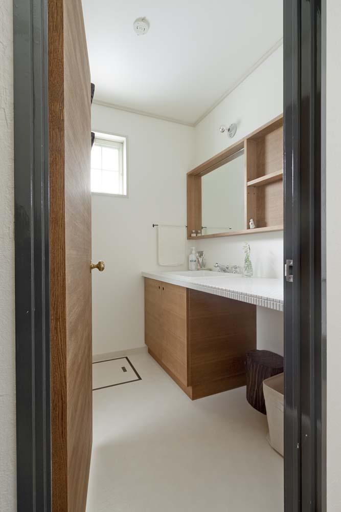 兵庫県M邸の部屋 タイル x 木材のナチュラルテイストな洗面スペース