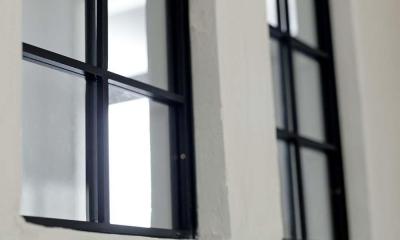 兵庫県M邸 (リビングと玄関廊下の境にある黒縁の内窓)