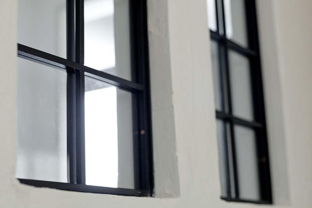 兵庫県M邸の部屋 リビングと玄関廊下の境にある黒縁の内窓