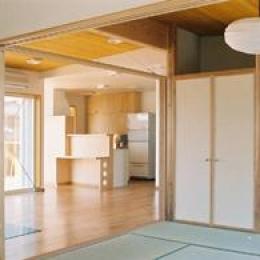 長倉の家 (和室よりリビングを見る)