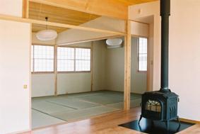 長倉の家 (リビングより和室を見る)